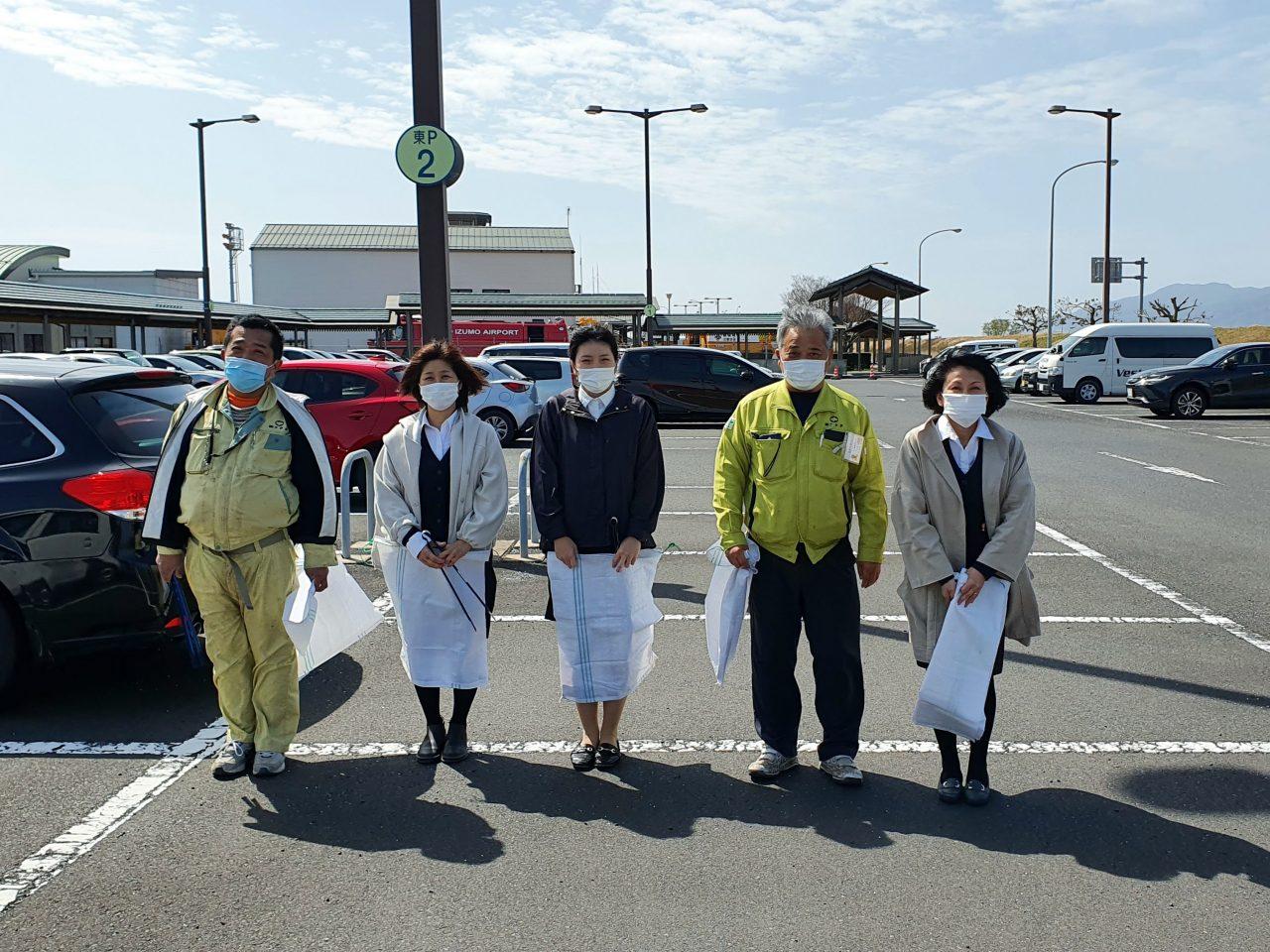 出雲空港ターミナル周辺、市道新川中央線の清掃を行いました。